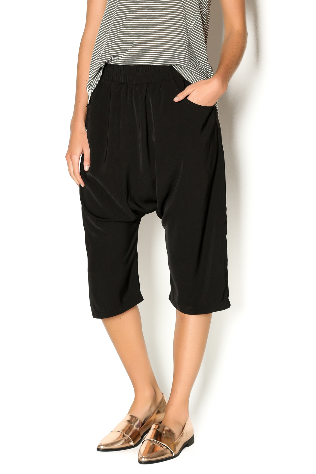 Jun 03, · Pair loose trousers with something unexpected, like a super sexy bustier top. Source. Trousers that are a little more slim fitting look perfect with a cropped tank and a pair of printed heels. This look is easy, effortless, and chic. Source. Loose trousers that .