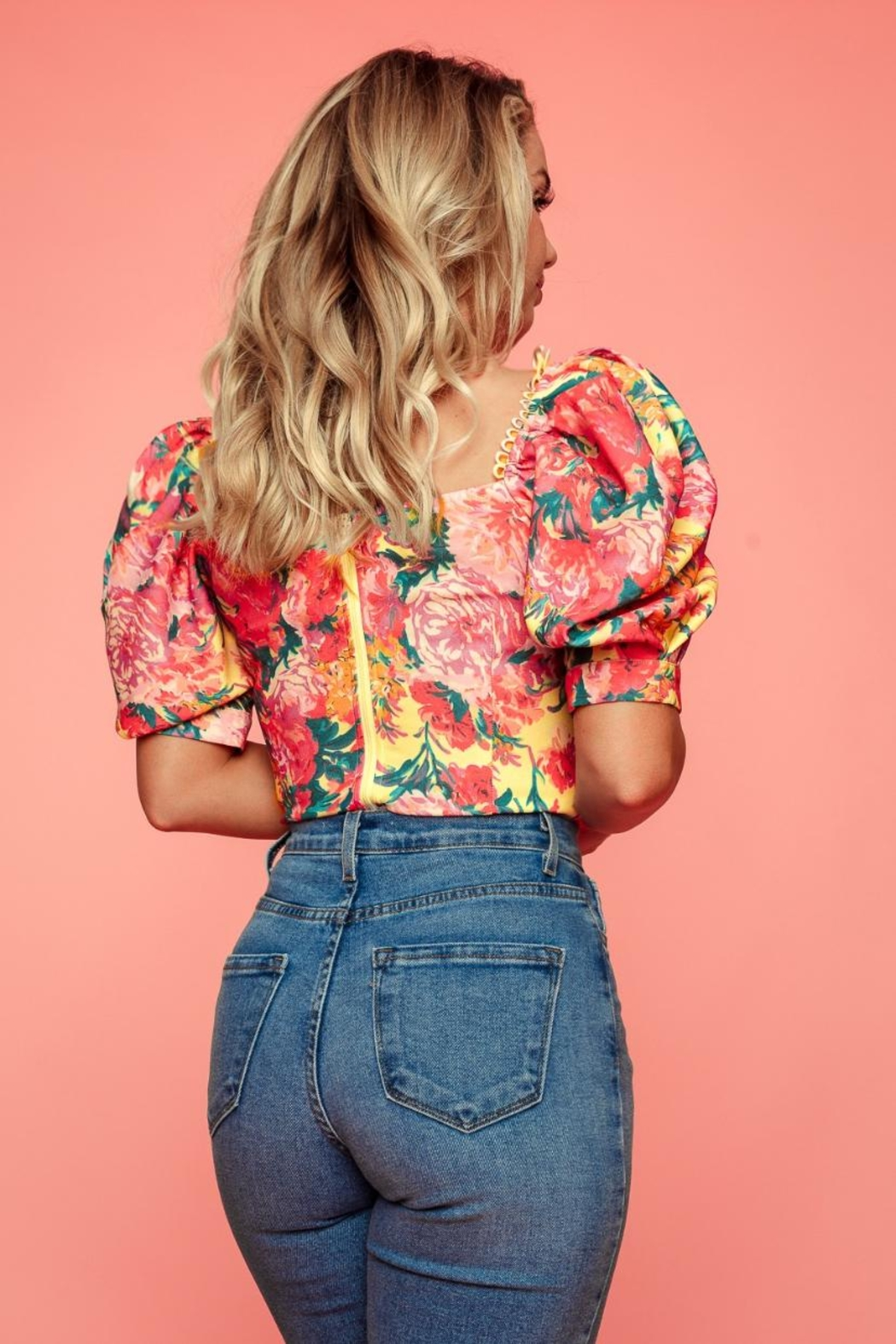A Peach Floral Puff-Sleeve Top - Side Cropped Image