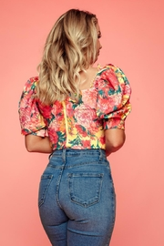 A Peach Floral Puff-Sleeve Top - Side cropped