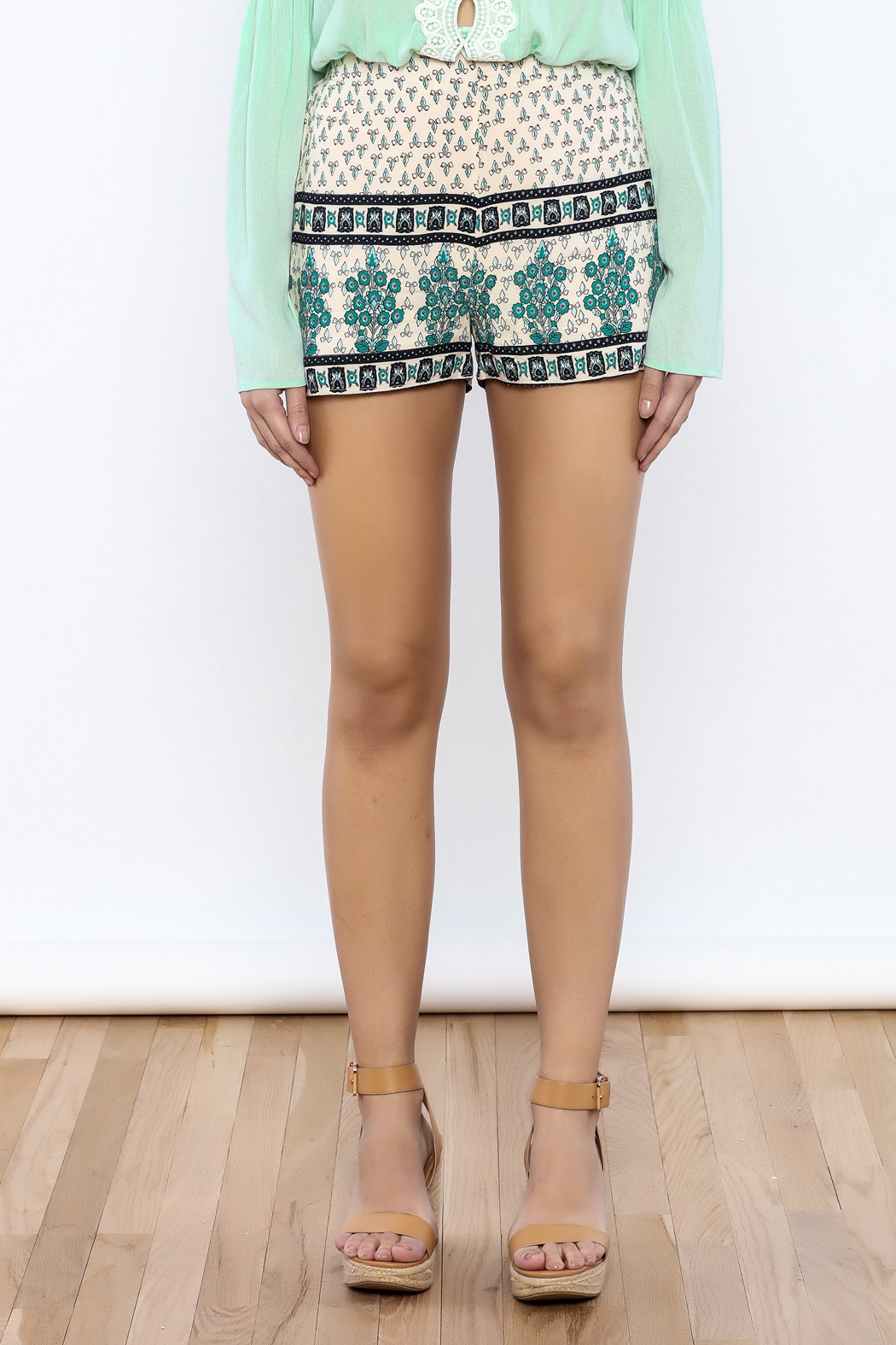 Bacio Beige Printed Shorts - Side Cropped Image