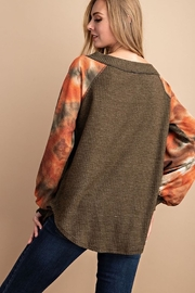 FSL Apparel BRUSHED WAFFLE TIE DYE CONTRASTED SLEEVE TUNIC TOP - Front full body