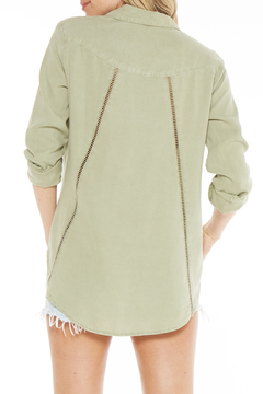 Bella Dahl BUTTON FRONT TRIMMED BACK SHIRT - Alternate List Image