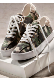 Giftcraft Camo Sneakers w Sherpa heel - Front cropped