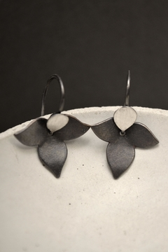 Carolina Lutz Floral Minimalistic Earrings - Alternate List Image