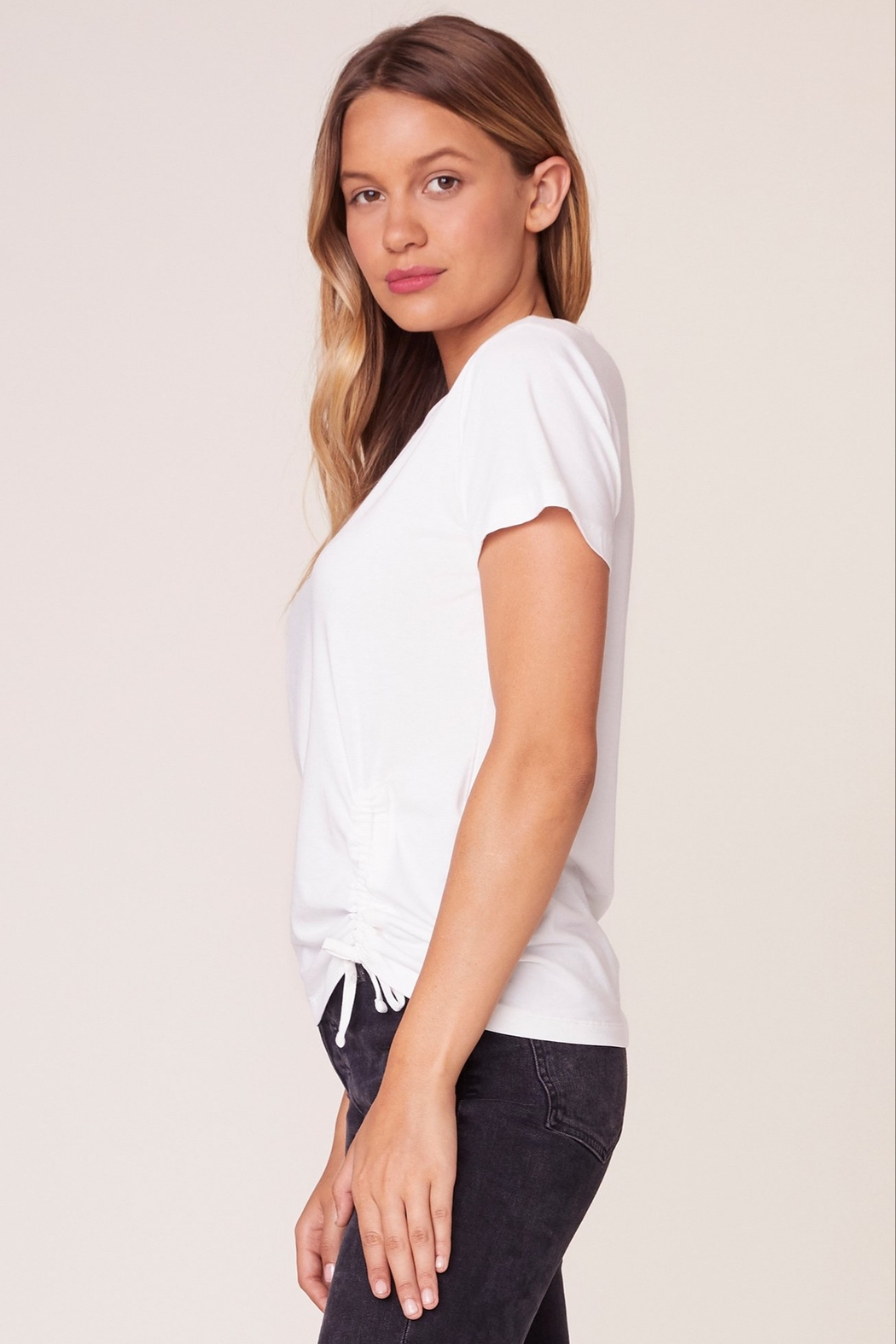 BB Dakota Cinch Me Ruched Tee - Side Cropped Image