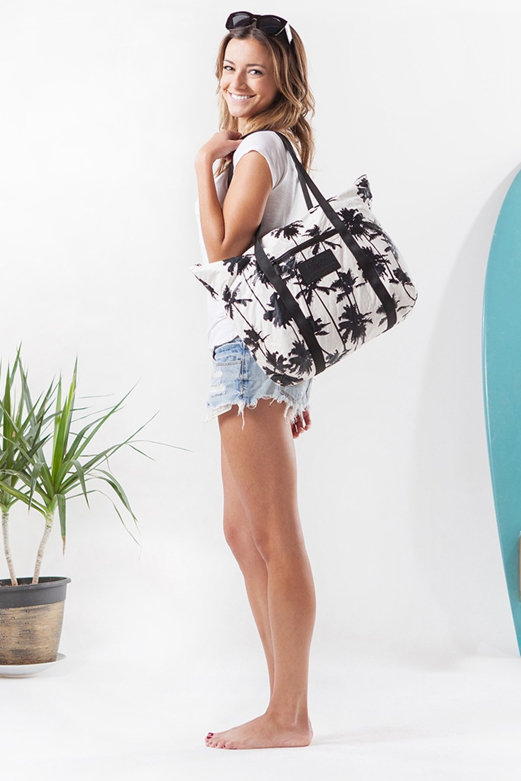 Aloha Collection Coco palms zipper tote - Side Cropped Image