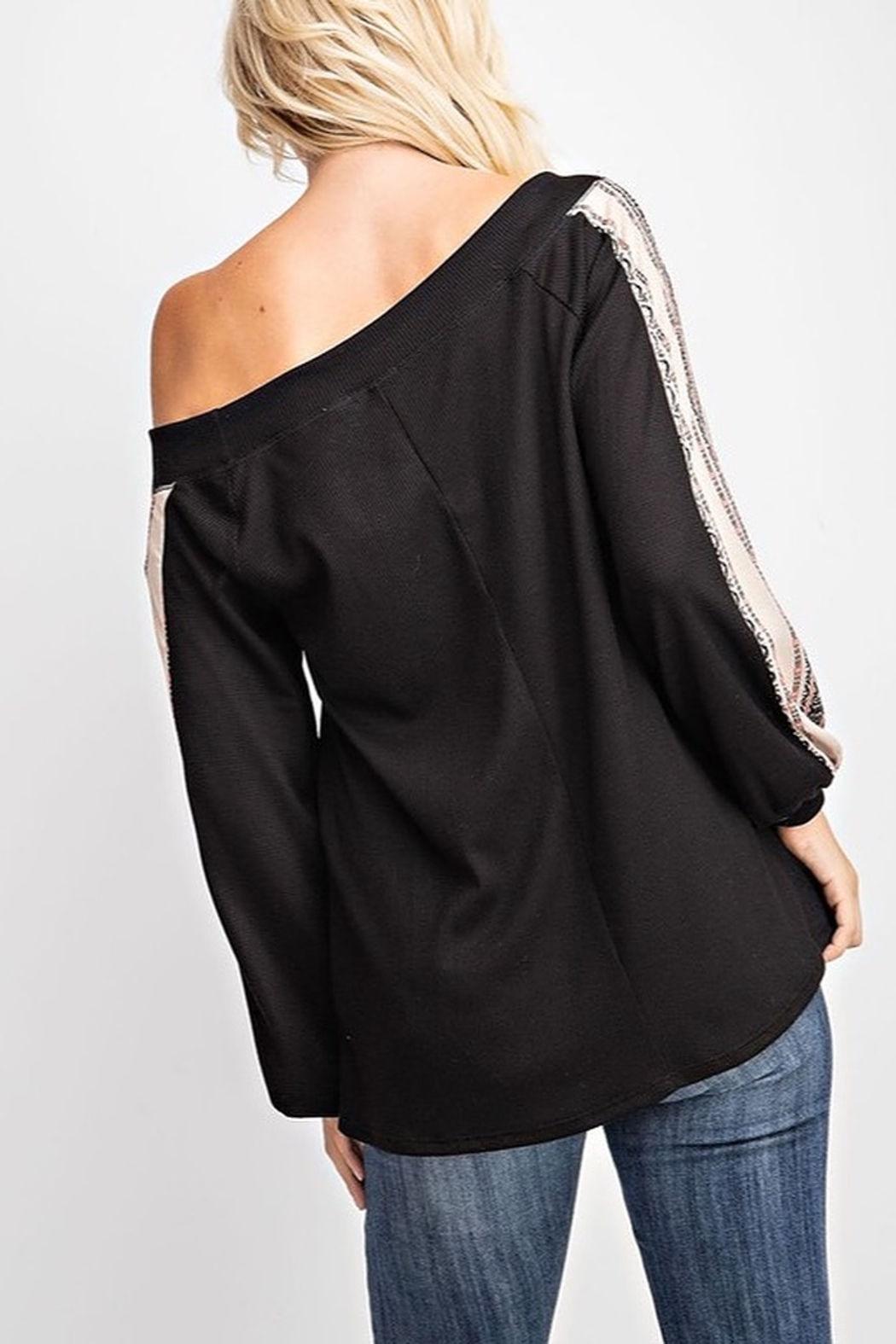 143 Story CONTRAST SLEEVE WIDE NECK THERMAL TOP - Side Cropped Image