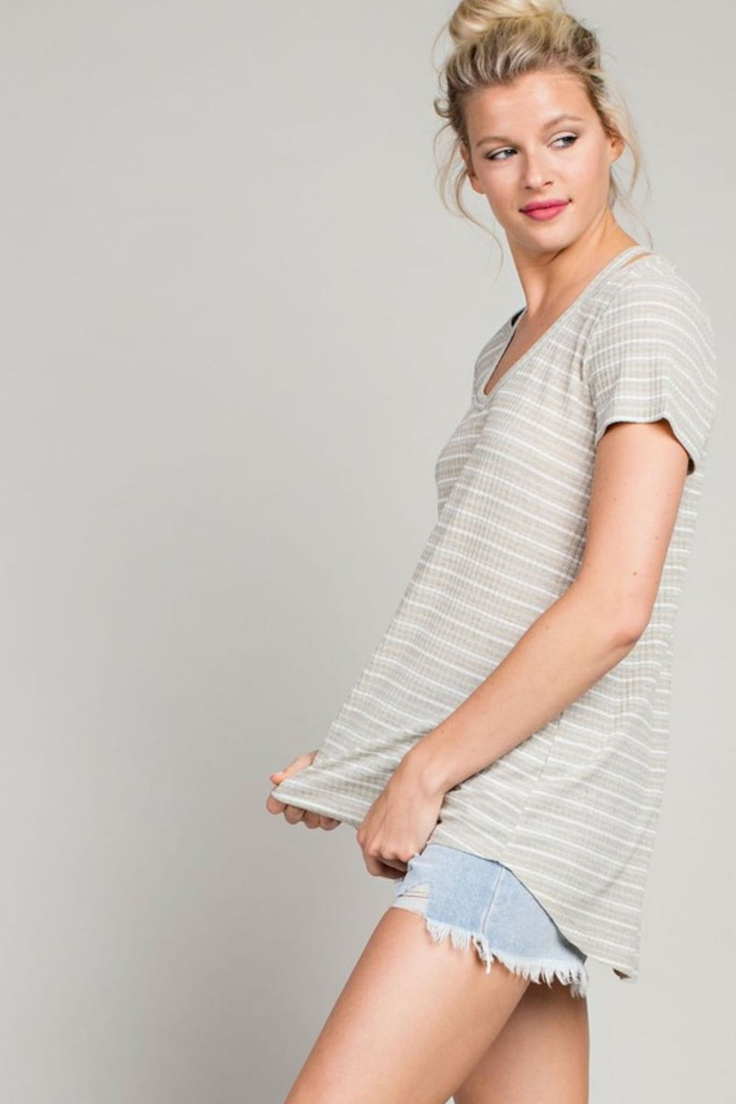 LLove USA Cut Out Tee-Shirt - Side Cropped Image