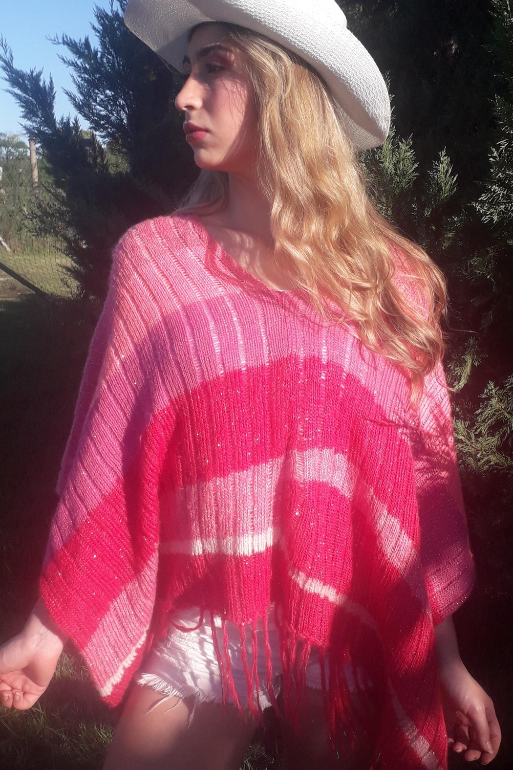 De Mil Amores Buenos Aires Poncho Magenta - Side Cropped Image