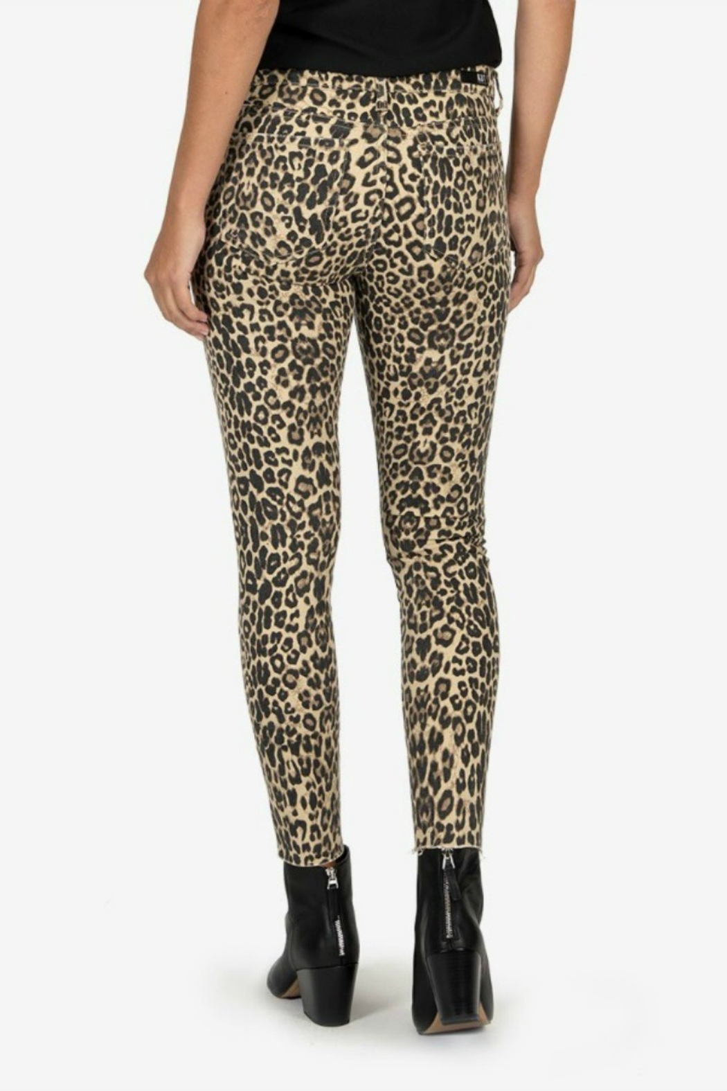 Kut from the Kloth DONNA LEOPARD - Side Cropped Image