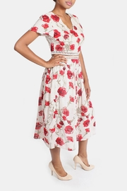 En Creme Red Roses Set - Front cropped