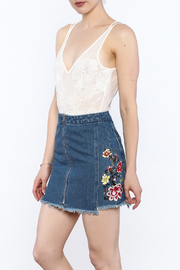 essue White Lace Sleeveless Bodysuit - Product Mini Image