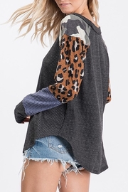 TONY MARY  GEO AND ANIMAL PRINT CONTRAST MIXED TOP - Side cropped