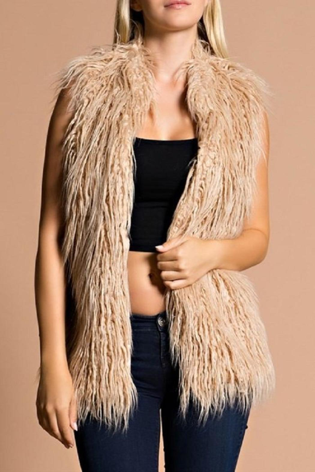 The perfect vest! This beauty features a sleeveless design, side pockets and a high collar. Anywhere you go, this faux fur vest will keep you stylin' and cozy at all times.