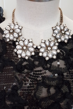 Jewellery Pearl Flowers Necklace - Alternate List Image