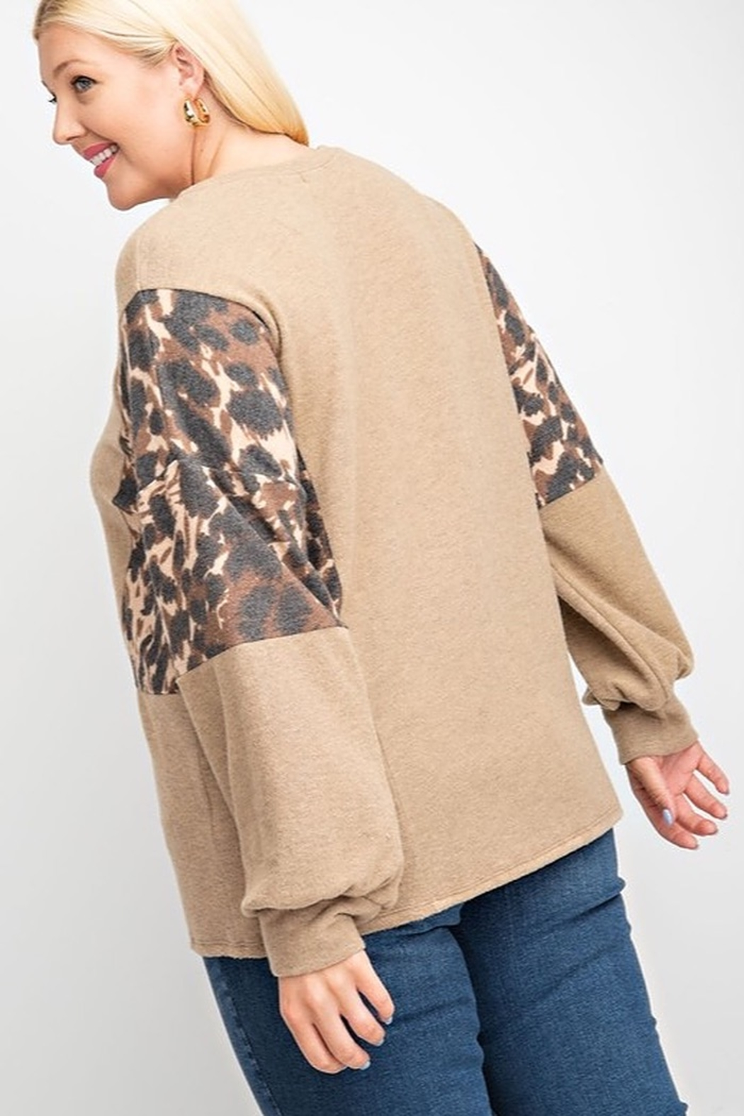 143 Story LEOPARD PRINT BRUSHED SOFT KNIT CONTRAST BUBBLE LONG SLEEVE TOP - Side Cropped Image