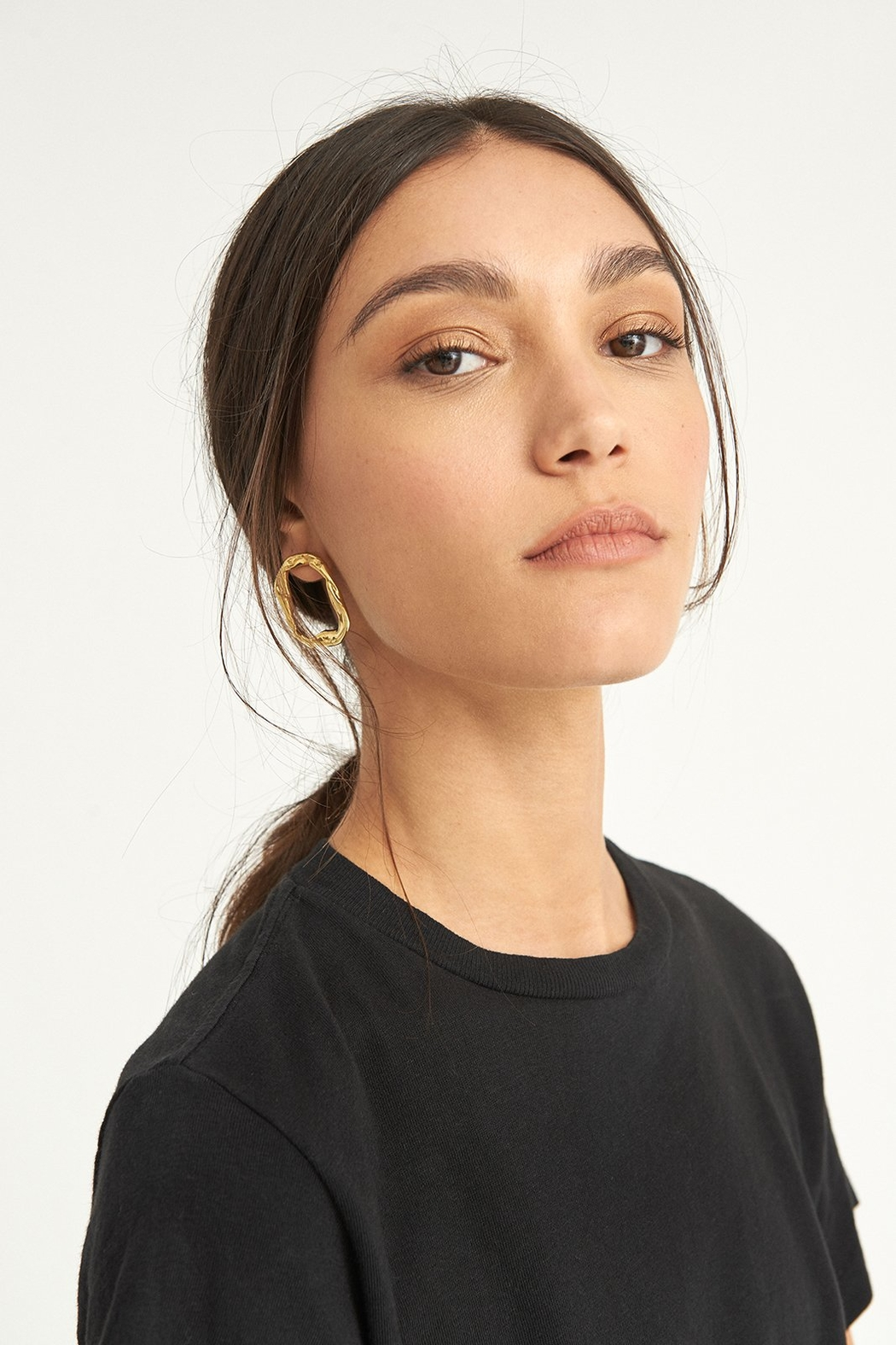 LLY ATELIER Golden Hoop Earrings - Side Cropped Image