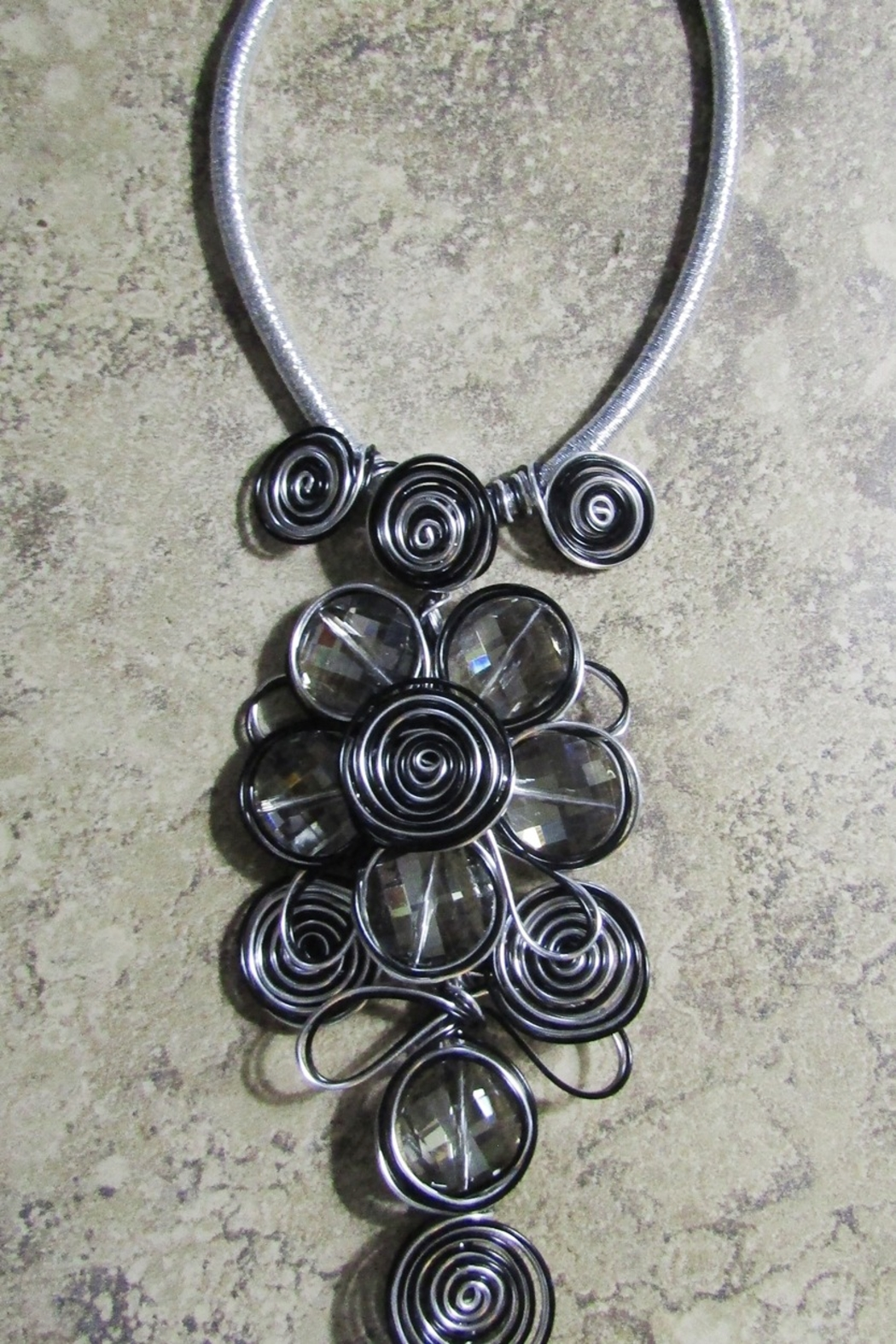 DDFL Import METALLIC WIRE FLORAL ARTSY NECKLACE - Front Full Image