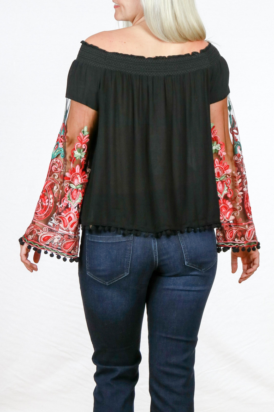 Mono Reno Embroidered Sleeve Top - Side Cropped Image