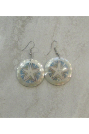 Bamboo Source MOTHER OF PEARL & STARFISH ROUND EARRING - Product Mini Image