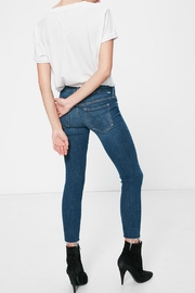 Mother Denim Looker Ankle Fray - Side cropped