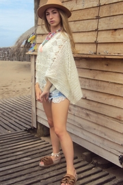 De Mil Amores Buenos Aires Poncho Macaron - Front full body