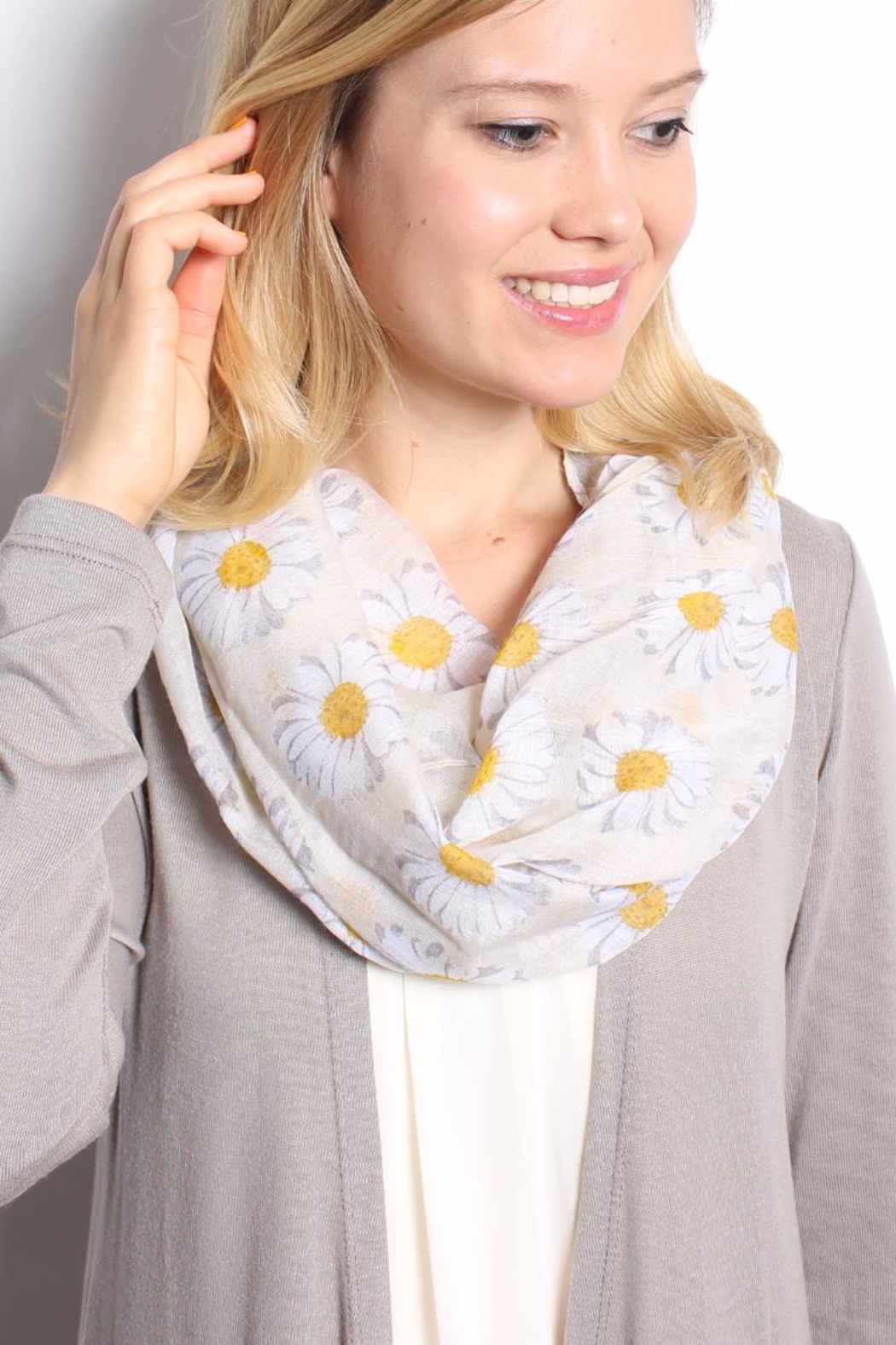 Riah Fashion Daisy Floral Infinity Scarf - Side Cropped Image