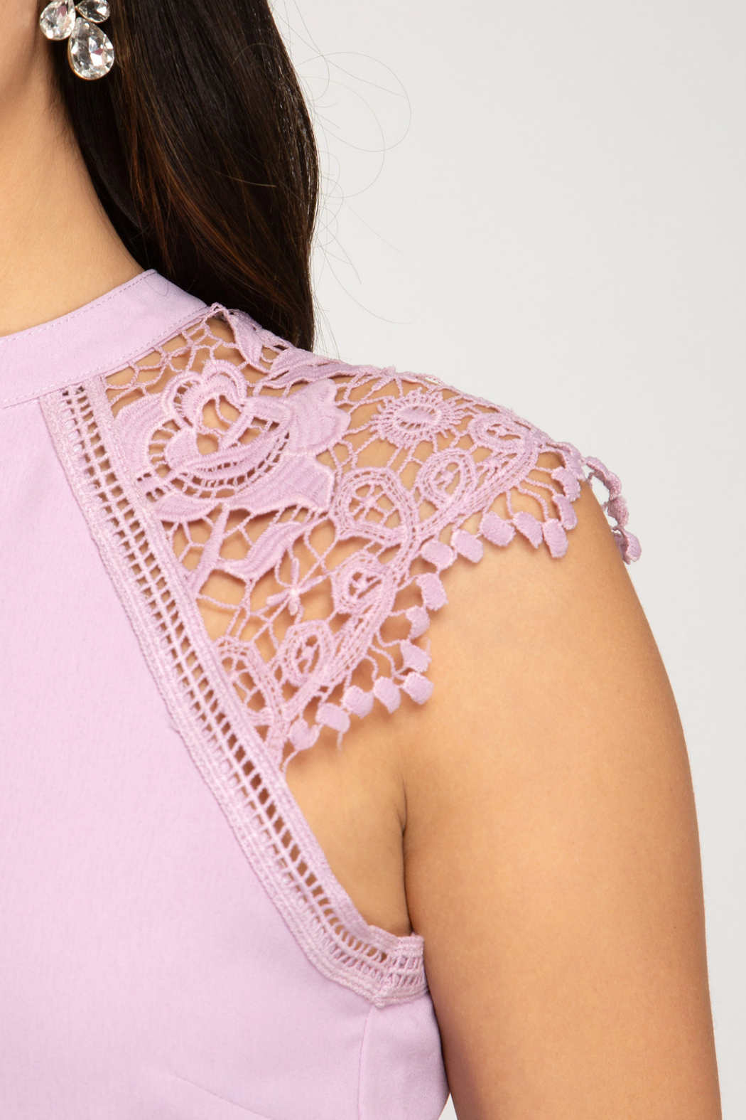 She + Sky Scalloped Lace Contrast Romper - Side Cropped Image