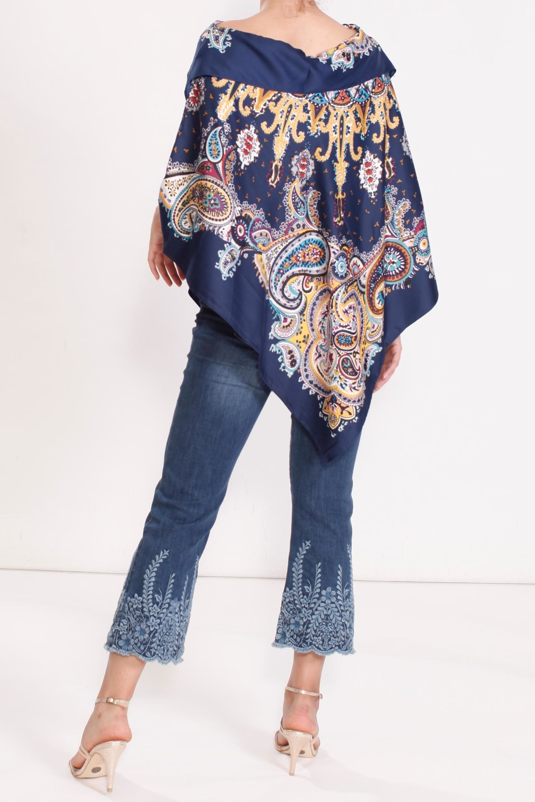 Talk of the Walk Paisley Scarf Poncho - Side Cropped Image