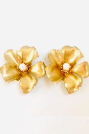 The Pink Reef small golden flower stud with pearl - Front cropped