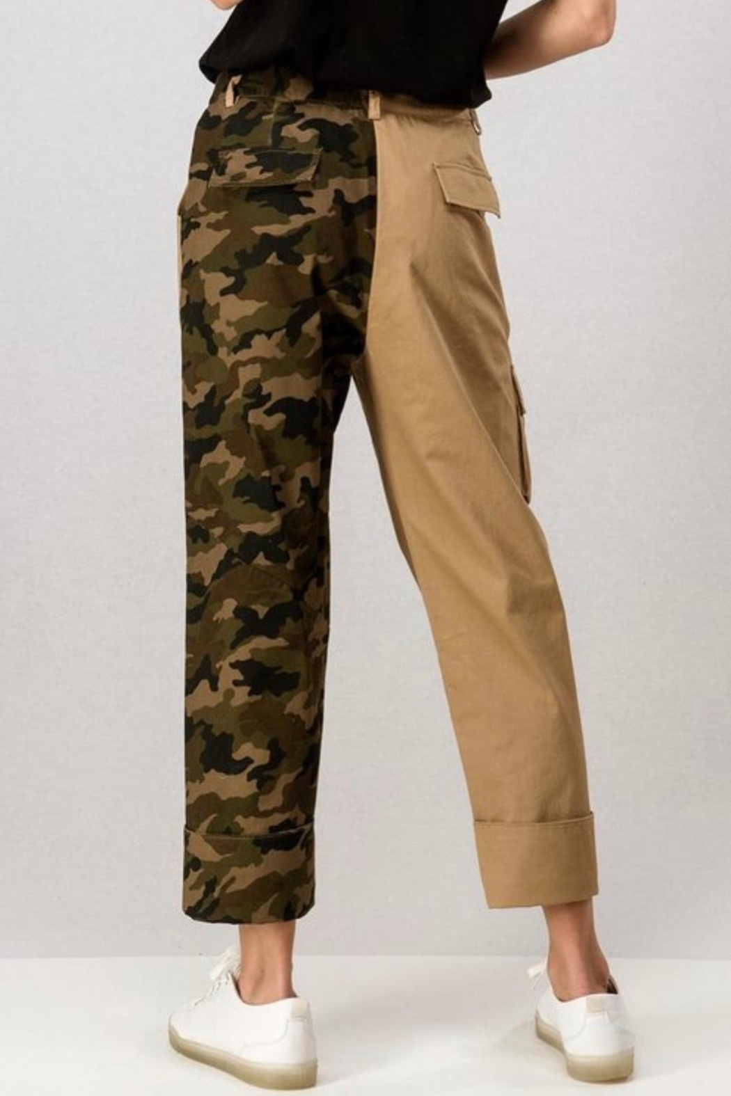 trend notes Camo Cargo Pants - Back Cropped Image