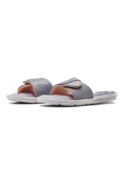 Under Armour Girls Ignite Swerve Slide in Halo Gray - Side cropped