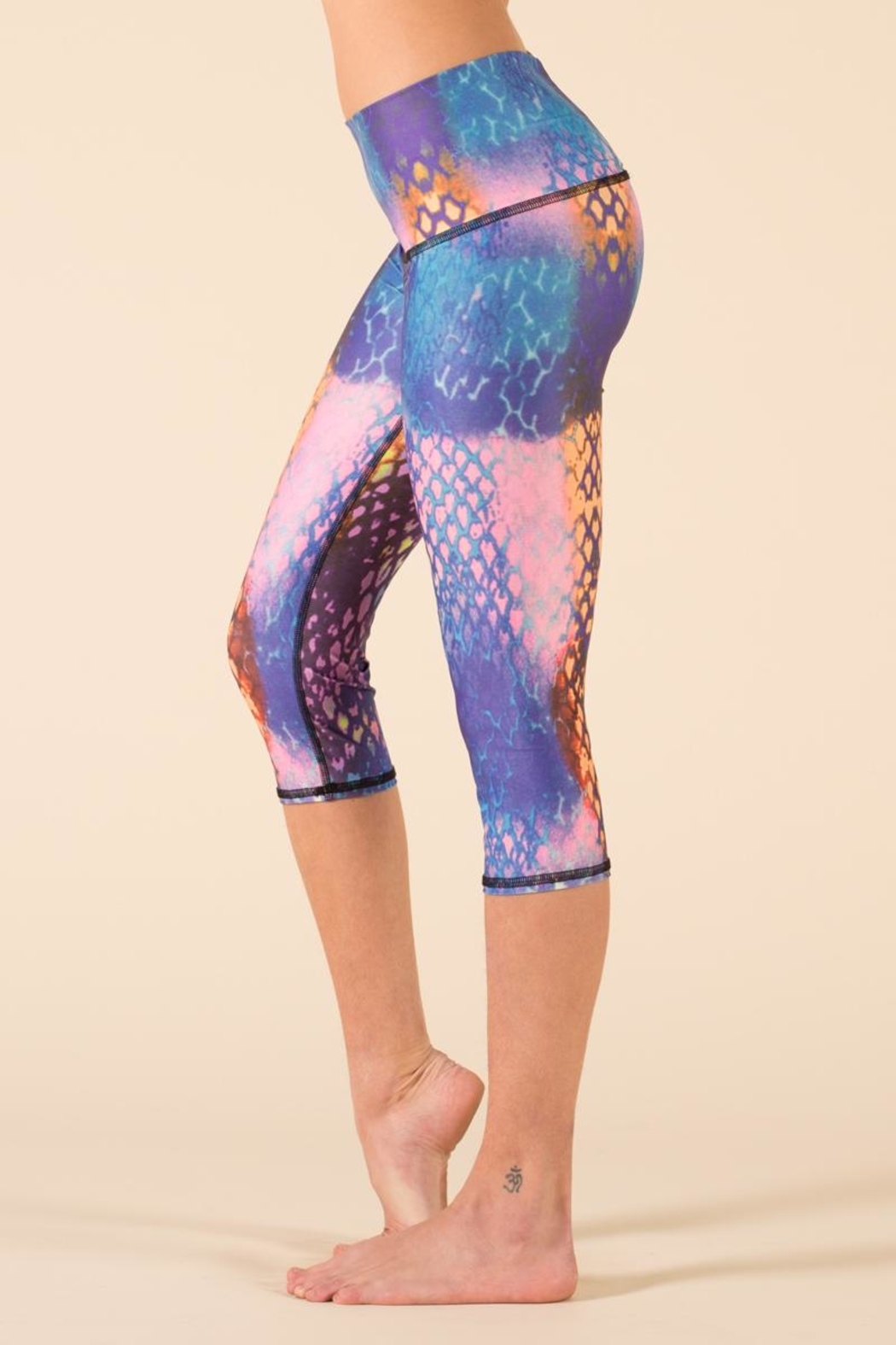 Teeki Yoga Capri Leggings - Side Cropped Image